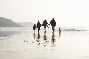Familienausflug am Strand mit dem Hund